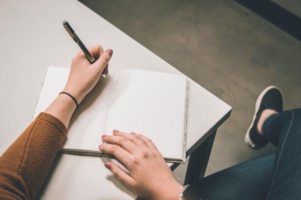 Jak wybierać przybory do pisania, gdy jest się leworęcznym?